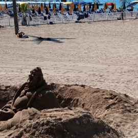 Канны. Белый песок